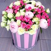Шляпная коробка с пионами и другими цветами