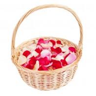 Лепестки роз в корзине