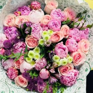 Букет из пионов роз и альстромерий