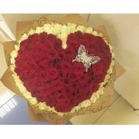 101 роза в виде сердца с бабочкой