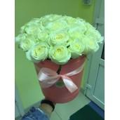 35 белых роз в розовой шляпной коробке