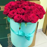 35 красных роз в шляпной коробке