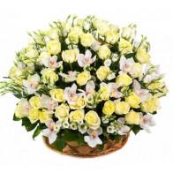 Корзина из белых роз и орхидей