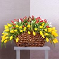 Корзина «Тюльпановый остров» (155 тюльпанов)