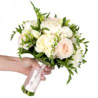 Букет невесты из пионов и французских роз