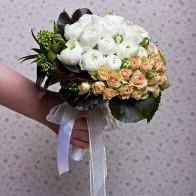 Букет невесты из роз и ранункулусов