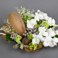 Композиция с ландышами и орхидеями